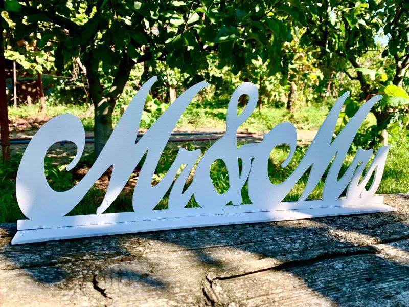 "Ornament din lemn alb ""Mr&Mrs"" 47x16cm -"